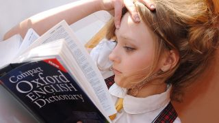 辞書を読む女性